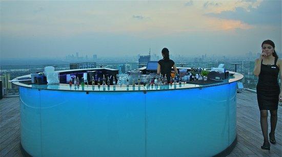 Marriott Executive Apartments Bangkok, Sukhumvit Thonglor: Skybar in the evening