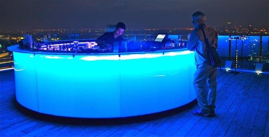 Marriott Executive Apartments Bangkok, Sukhumvit Thonglor : Skybar by night