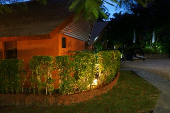 Sunset Bungalows Resort : Bungalows lit up in the evening
