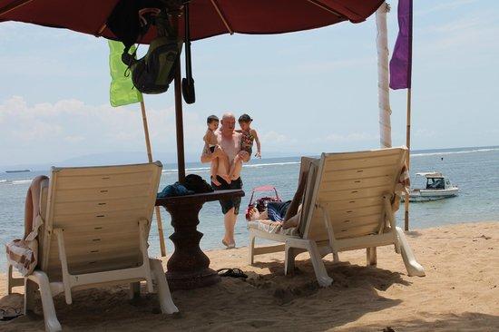 Inna Sindhu Beach: The hotel is on the beach.....nice location