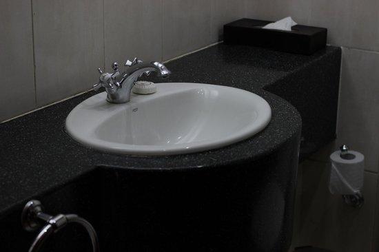 The Arusha Hotel: Bathroom