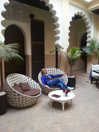 Riad Ambre et Epices: Descansando junto a la piscina