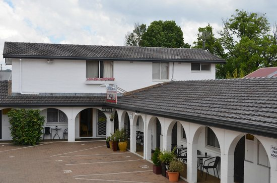 Central Motel Glen Innes: Nice complex - looks like its been repainted