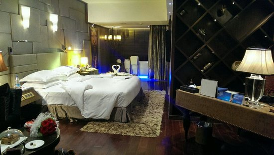 Radisson Blu Hotel: Business class room with honeymoon gifts!