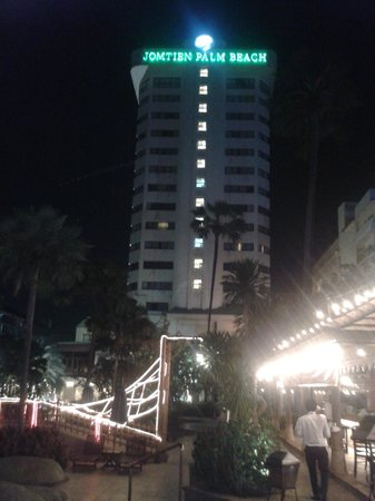 Jomtien Palm Beach Hotel & Resort: Вечерний вид.