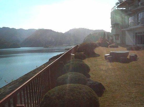 Kameyama Onsen Hotel : ロビーの外には湖を一望できる庭園がある。