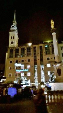 NH Muenchen Deutscher Kaiser: Marienplatz at Christmas night