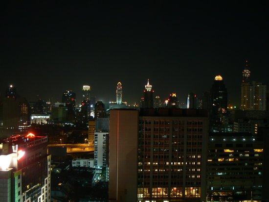 Royal Benja Hotel: Вид из окна на ночной Бангкок