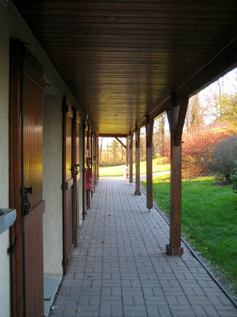 Le Val Moret: Covered walkway serving the motel style bedrooms.