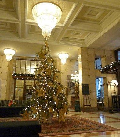 Santa Catalina Hotel : Decoración navideña en la entrada principal