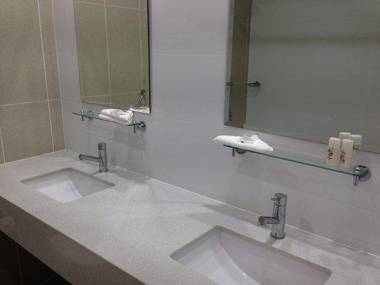 BEST WESTERN Casula Motor Inn: Studio Apartment Bathroom