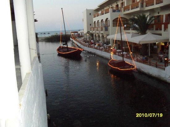 Akrogiali Taverna: Little river in the middle of Kalives