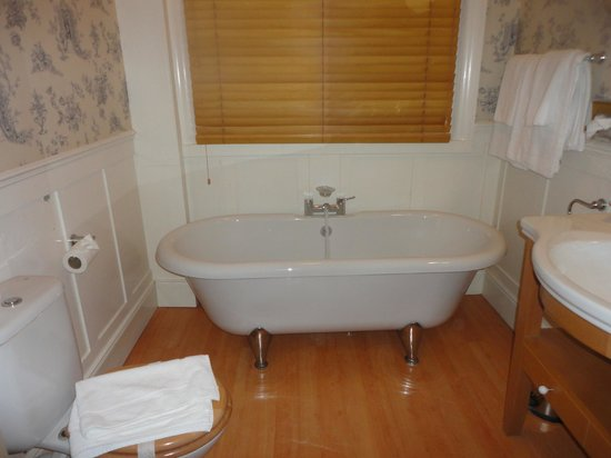 The Boat Hotel : Spent ages in here with a complimentary luxury bath bomb