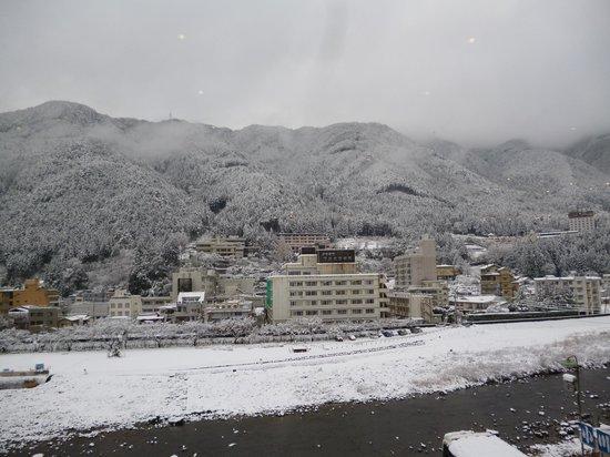 Gero Onsen: 雪の飛騨川