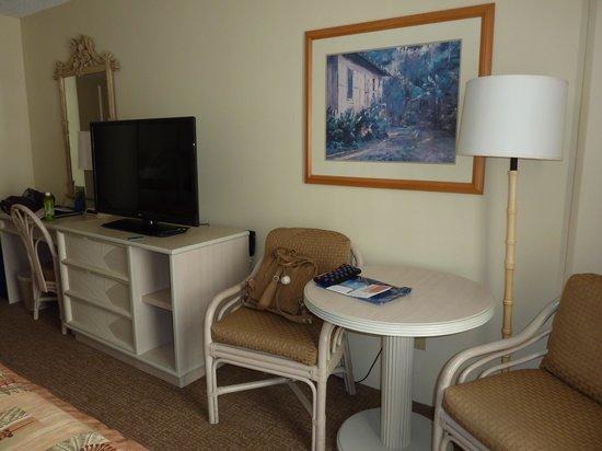 OHANA Waikiki East Hotel: 家具は白で統一されています