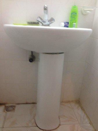Musti's Apart : broken bathroom sink