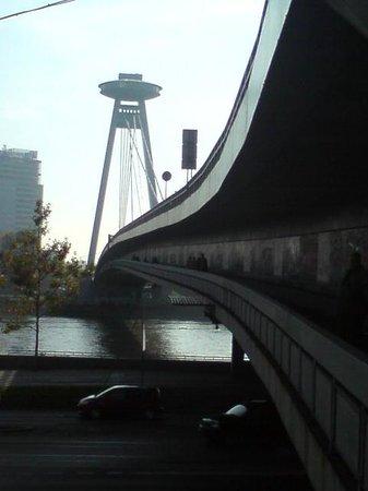 UFO Observation Deck: Zugang unter der Brücke.