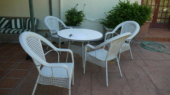 Blouberg Manor Boutique Hotel: Rusty and dirty garden chairs