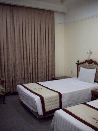 Riverside Hotel Saigon: The curtains are hiding the windows facing another corridor.