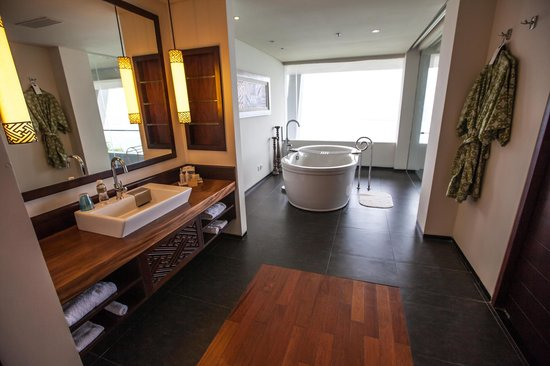 Samabe Bali Suites & Villas: Bathtub and around