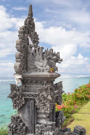Samabe Bali Suites & Villas: Hindu statue near beach entrance