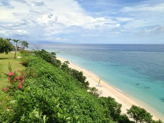 Samabe Bali Suites & Villas: View to the beach from the pool are