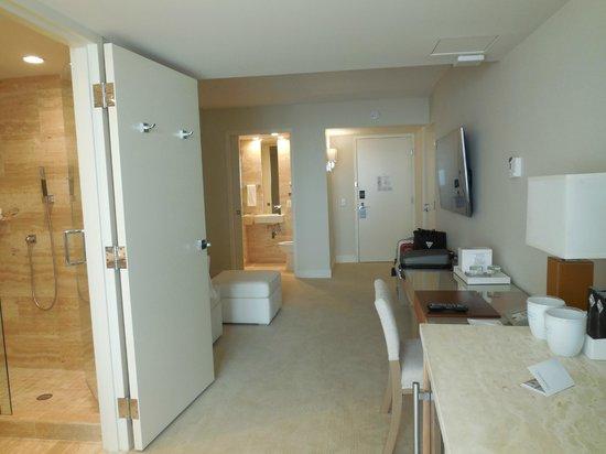 Grand Beach Hotel Surfside: Tiene dos baños completos con ducha