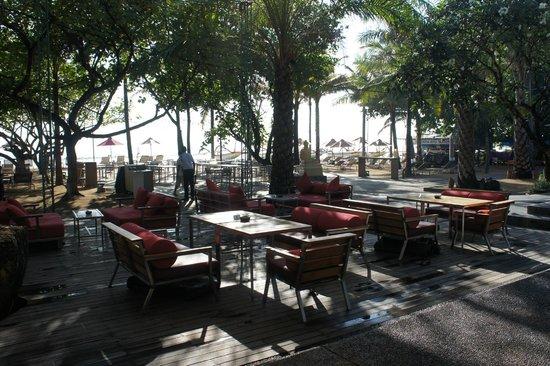 Segara Village Hotel: breakfast area, just in front of the beach