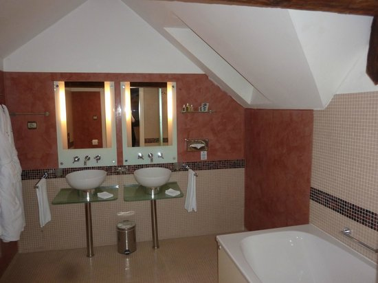 Smetana Hotel: Huge bathroom!