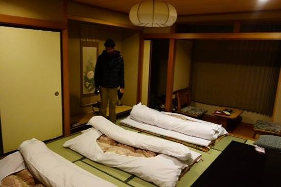 Ichinomatu: the futon and room at night