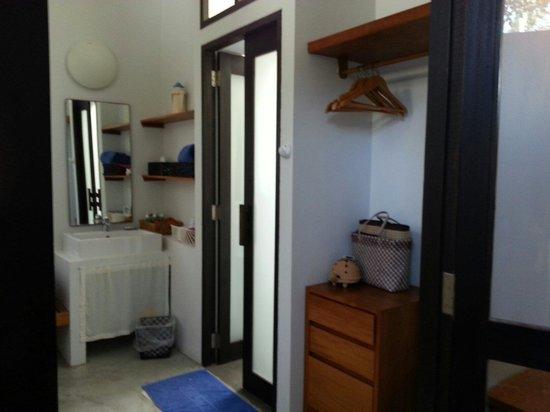 Islanda Hideaway Resort: Dining area entrance to a open air bathroom.