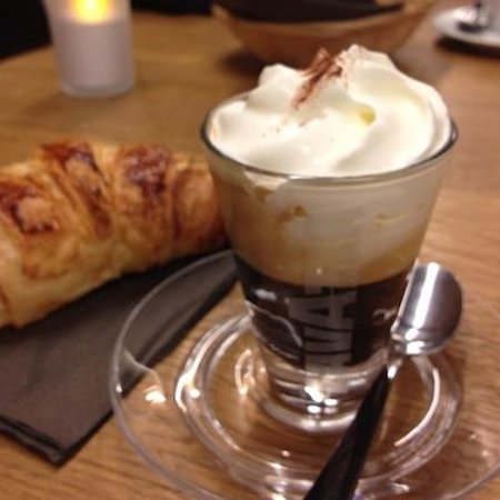 Pie: 'Mont Blanc' coffee and croissant