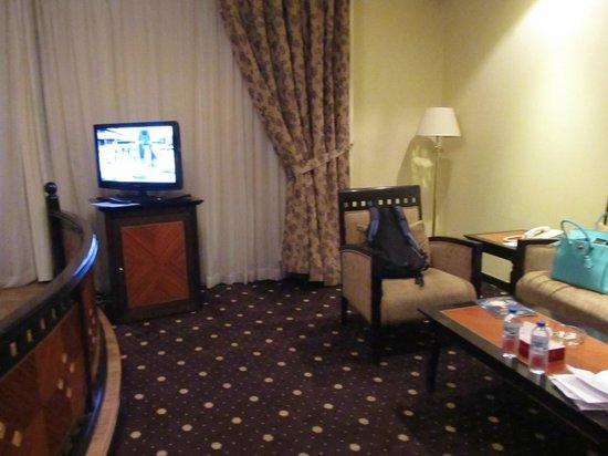 Imperial Suites Hotel: под телевизором - холодильник
