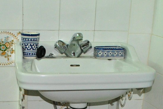 Dar Ahl Tadla : A corner of the bathroom, without soap or shampoo