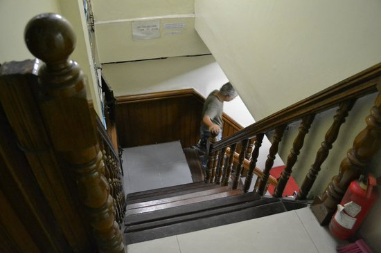 Ocean Pearl Inn: Very steep staircase leading to the 2nd and 3rd floor.