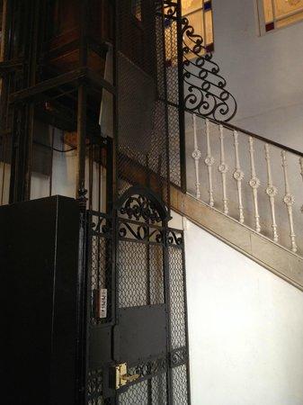 Boutique Bed and Breakfast: Mooi ouderwets liftje voor koffers naar de ingang van het hotel op de eerste verdieping