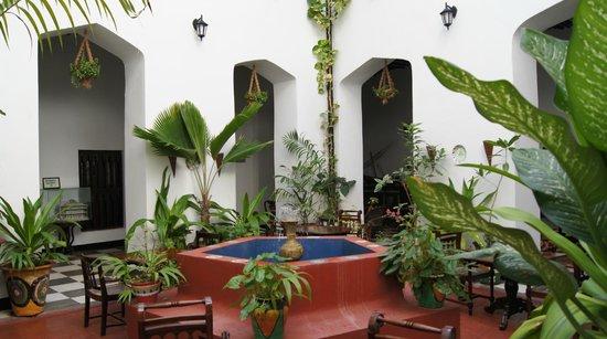 Dhow Palace Hotel: le patio de l'hôtel
