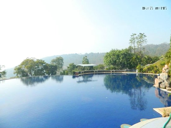 The Splendour Country Club: Pool view