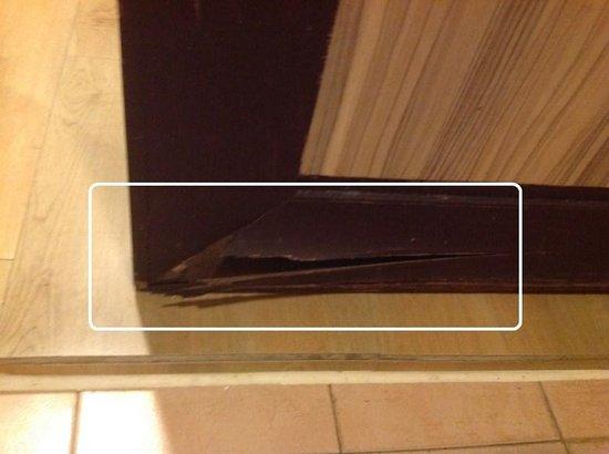 Swiss-Garden Beach Resort Damai Laut: cracked wooden door