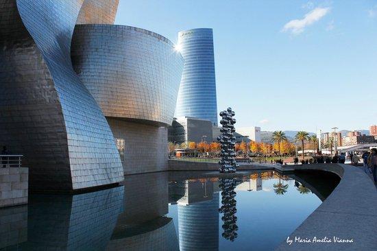 Guggenheim Museum Bilbao: Reflete a luminosidade da cidade!