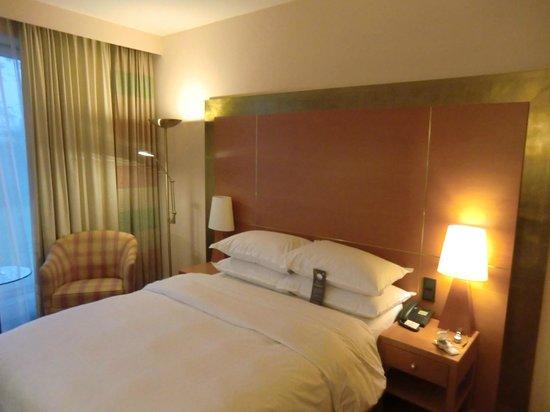 Sheraton Dusseldorf Airport Hotel: Zimmer mit einem Queen-Bett