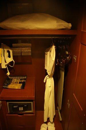 Holiday Inn Bandung: wardrobe