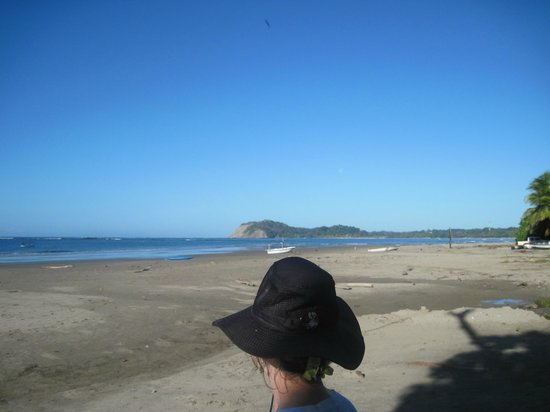 Hotel Villas Playa Samara: View along the beach to town of Playa Samara