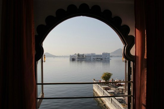 Amet Haveli: View from room overlooking the lake palace and the terrace restaurant