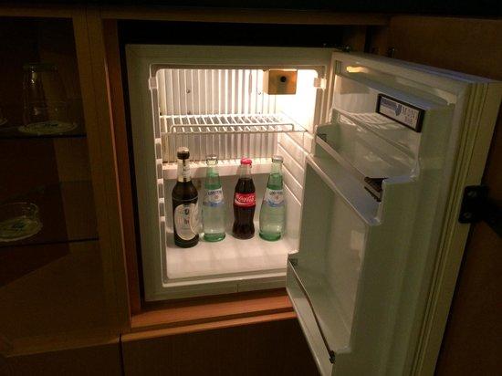 Holiday Inn Hamburg: Well stocked mini bar!