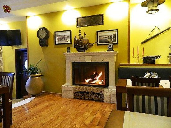 Boutique Hotel Adriatic: Cheerful fireplace in the dining room.