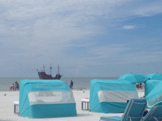 Hilton Clearwater Beach : view of the beach from the thrid row of cabanas