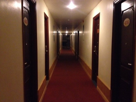 Quang Dung Hotel: The hallway to the room