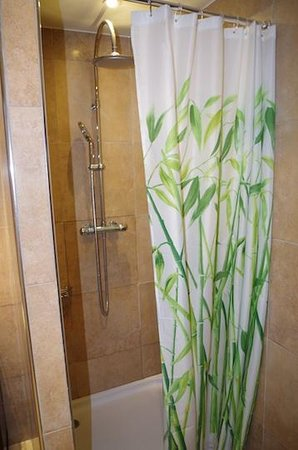 Shower picture of chambres d 39 hotes serenita di for Chambre d hotes nice