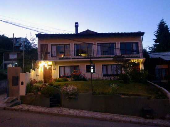 Hosteria Guemes: frente de la hosteria, representante de la màs bella austeridad.